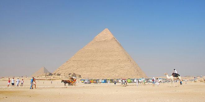 Photo of गीजा का महान पिरामिड पर भद्दी तस्वीर लेते हुये पकड़े गये अमेरिकी पर्यटक